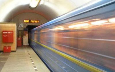 Нетрезвый мужчина упал на рельсы Петербургского метрополитена